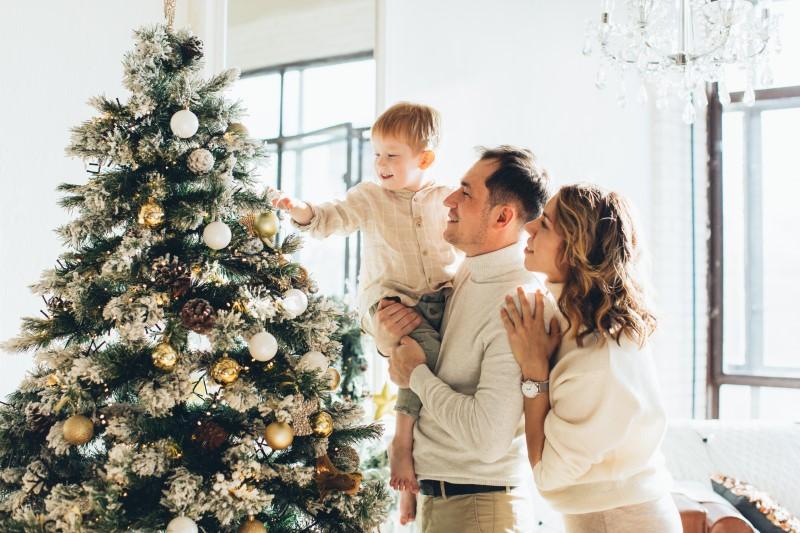 Mesterséges karácsonyfák fehér karácsonyi dekorációval